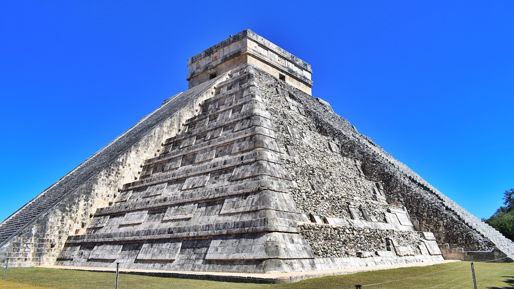 friendly-touring-chichen-itza-castillo-castle-pyramid